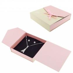Pendente e orecchini in confezione regalo con adesivo...